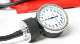 Asocian la presión arterial alta al Alzheimer